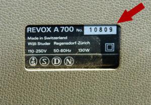 Schild mit der Seriennummer an einer ReVox A700.