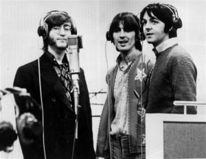 Die Beatles in den Abbey-Road-Studios am Neumann-Mikrofon.