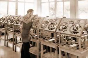 Dieses alte Original-Werksfoto zeigt die Produktion der STUDER C37.