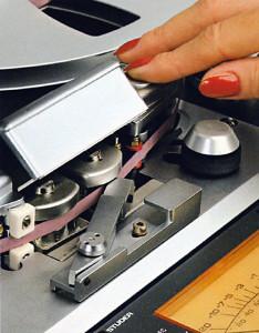 Der Bandstempel ist so platziert, dass er eine Markierung exakt an der zu schneidenen Stelle vor dem Wiedergabekopf platziert.